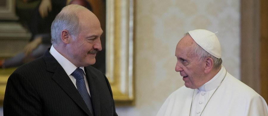 Papież przyjął na audiencji prezydenta Białorusi. W czasie spotkania Franciszek wyraził pragnienie, by Mińsk był miastem pokoju. Aleksandr Łukaszenka zaprosił też papieża do swojego kraju.