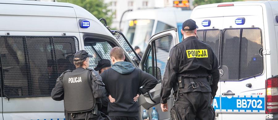 """""""400 dodatkowych policjantów z prewencji skierowanych do Wrocławia patroluje ulice i pilnuje bezpieczeństwa w mieście"""" - mówił na konferencji prasowej w Szczytnie komendant główny policji. W poszukiwaniach sprawcy czwartkowej eksplozji na przystanku autobusowym, w której została ranna jedna osoba, biorą także udział policyjni fachowcy z całego kraju. """"Korzystamy też z pomocy policjantów z zagranicy"""" - dodał nadinspektor Jarosław Szymczyk."""