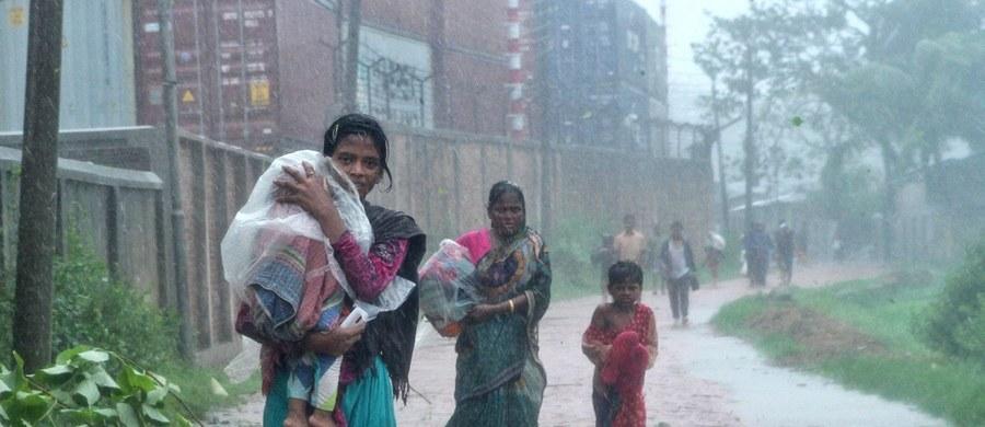 Co najmniej 11 osób zginęło, a ponad sto zostało rannych, gdy cyklon Roanu uderzył w wybrzeże Bangladeszu. Przed gwałtownymi burzami i ulewnymi deszczami musiało uciekać 500 tys. ludzi.
