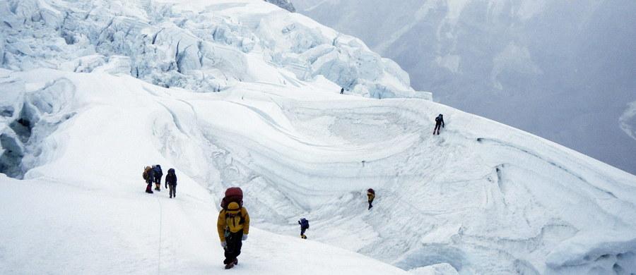 Dwójka wspinaczy - 30-letnia Australijka oraz 35-letni Holender - zmarli po zdobyciu Mount Everest z powodu choroby wysokościowej. W tym sezonie zmarło już 4 wspinaczy - podały służby ratownicze Nepalu.