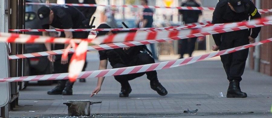 """400 dodatkowych policjantów prewencji z innych miast skierowano do Wrocławia, by patrolowali ulice i pilnowali bezpieczeństwa. """"Sprawcy czwartkowego ataku bombowego szukają najlepsi policyjni fachowcy z całego kraju. Pomagają im też funkcjonariusze z zagranicy"""" - mówi komendant główny Jarosław Szymczyk."""