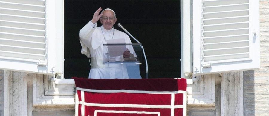 """Papież Franciszek powiedział, że ludzkość zraniona jest przez """"niesprawiedliwość, nadużycia, nienawiść i chciwość"""". Podczas spotkania na modlitwie Anioł Pański mówił, że relacje międzyludzkie muszą być oparte na solidarności i wzajemnej miłości."""