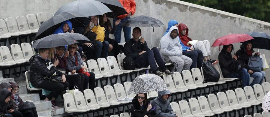 Deszcz już pierwszego dnia popsuł plany organizatorów wielkoszlemowego turnieju tenisowego French Open. Toczące się w niedzielne popołudnie spotkania na kortach ziemnych im. Rolanda Garrosa w Paryżu zostały przerwane, a pod wieczór odwołano dalszą rywalizację.