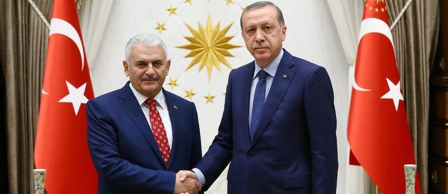 Prezydent Turcji Recep Tayyip Erdogan powierzył w niedzielę wieczorem misję tworzenia nowego rządu dotychczasowemu ministrowi transportu Binalemu Yildirimowi, który został wcześniej tego dnia wybrany na przewodniczącego rządzącej partii AKP.