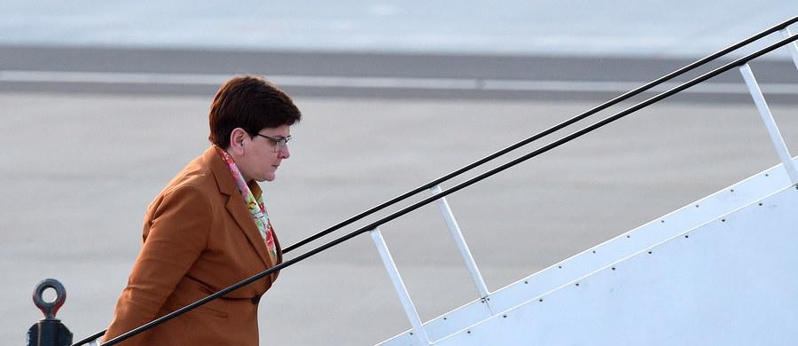"""Premier Beata Szydło przybyła wczoraj późnym wieczorem do Stambułu, gdzie dziś weźmie udział w pierwszym Światowym Szczycie Humanitarnym ONZ. """"Polska pomoc humanitarna w tym roku będzie dwukrotnie większa niż w ubiegłym"""" – zapowiedziała premier. Pytana zaś przez dziennikarzy o poniedziałkowe decyzje, które może podjąć Komisja Europejska wobec Polski oświadczyła: """"Niczego się nie boimy""""."""