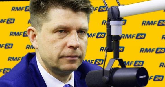 """""""Nigdy w ostatnich 26 latach Polska nie była w tak poważnym kryzysie geopolitycznym i międzynarodowym. Jesteśmy w procedurze i wypadało zareagować na to, o co pyta nas Komisja Europejska. Premier Szydło wszystkich poobrażała, nie odniosła się do meritum. Wspólnie z Kaczyńskim wchodzą w konfrontację z Unią Europejską"""" - mówi gość Kontrwywiadu RMF FM, lider Nowoczesnej Ryszard Petru. Jego zdaniem prawdopodobnie dojdzie do głosowania nad sankcjami dla Polski. """"Widzę, że prezes Kaczyński kapituluje oddając przyszłość, suwerenność Polski w ręce Orbana. Zakładanie, że lubią się, bo się spotkali i Węgrzy nas poprą, jest dziecinadą"""" - uważa polityk. Zdaniem Petru """"wchodzimy w największy konflikt z Unią, na którym Polacy stracą i uderzy to w ich kieszenie"""". """"Boję się, że za 3,5 roku nie poznamy Polski, nie stanie kamień na kamieniu"""" - komentuje gość RMF FM. """"Apeluję do prezesa Kaczyńskiego, żeby rozpisał wcześniejsze wybory, żeby sprawdzić, czy Polacy akceptują """" - mówi Petru. Jego zdaniem, to przerwie """"chocholi taniec"""". """"Będę chciał jutro na spotkaniu wybadać kwestię przyspieszonych wyborów, jak reagują na to inne partie"""" - zapowiada polityk. Dodaje, że jeśli takie wybory będą, to cala opozycja z KOD-em będzie w stanie się zjednoczyć. Pytany o kandydata na premiera takiej koalicji odpowiada, że trzeba to jeszcze wypracować."""