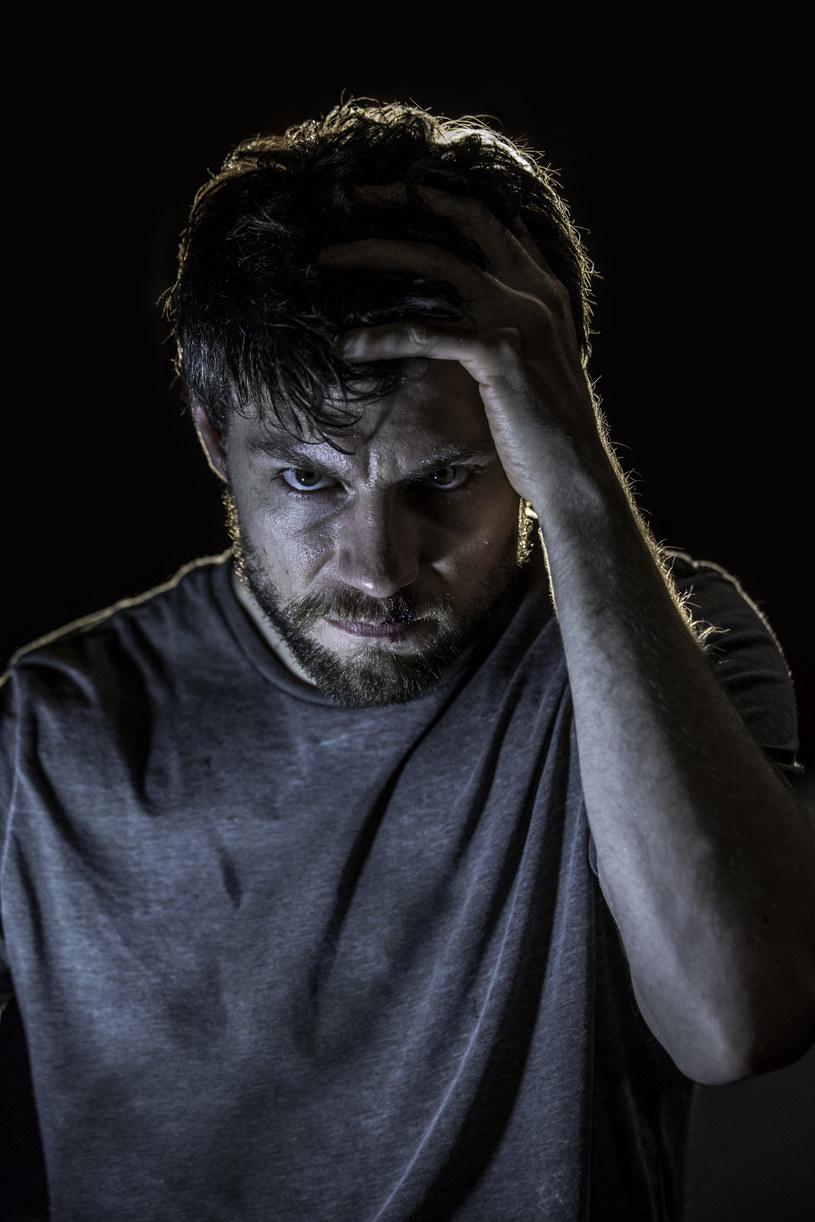 """Serial """"Outcast: Opętanie"""" opowiada historię mężczyzny, który posiada dar wypędzania demonów. Nowa produkcja twórców głośnej serii """"The Walking Dead"""", emitowana będzie na kanale FOX od 4 czerwca."""