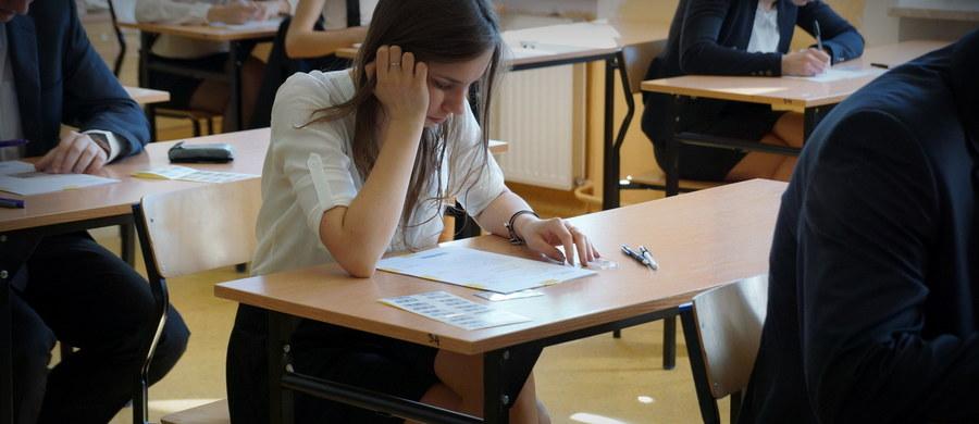 Maturzyści ze szkół dla mniejszości narodowych przystąpią dziś do egzaminów pisemnych z języków narodowych - białoruskiego, ukraińskiego i litewskiego. Odbędą się też egzaminy z kaszubskiego i łemkowskiego oraz z różnych przedmiotów zdawanych w językach obcych. Dziś jest też ostatni dzień tegorocznej sesji pisemnych egzaminów maturalnych.