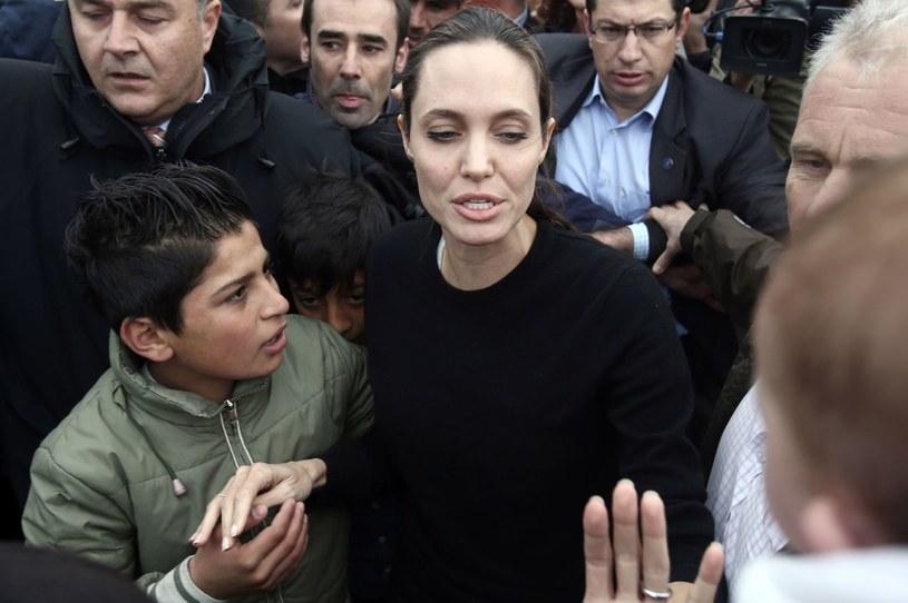 """Angelina Jolie została mianowana profesorem wizytującym na prestiżowej brytyjskiej uczelni London School of Economics. Czołowa gwiazda Hollywood ma prowadzić zajęcia ze studentami w ramach nowego programu studiów magisterskich """"Kobiety, Pokój i Bezpieczeństwo""""."""