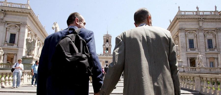 Premier australijskiego stanu Wiktoria Daniel Andrews przedstawił oficjalne przeprosiny za dawne przepisy, na mocy których homoseksualistów karano więzieniem. To pierwsze oficjalne przeprosiny tego typu.