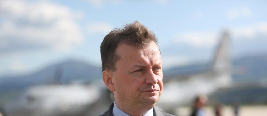 """Wiceprzewodniczący Komisji Europejskiej przylatuje do Polski na spotkanie z premier. Tematem rozwiązanie sporu wokół Trybunału Konstytucyjnego. """"Odbyliśmy dobrą, konstruktywną rozmowę. Polski rząd zaproponował rozwiązania, które mogłyby być przyjęte przez Sejm, aby spór wokół TK został zażegnany"""" - mówiła po spotkaniu Bata Szydło. Jakie rozwiązania miała na myśli? Zdaniem Fransa Timmermansa rozwiązanie tego sporu można wypracować tylko w Polsce. Co zrobi rząd? Czy szef MSWiA jest zadowolony z działań podległej mu policji? Protesty przed komisariatem we Wrocławiu, gdzie zmarł 25-latek. Jak twierdzi jego ojciec, pobity przez funkcjonariuszy na śmierć. W Gdańsku policja obezwładnia córkę radnej PiS, minister spraw wewnętrznych mówi, że to nieakceptowalne. Czy będą wyciągnięte jakieś konsekwencje? W środę gościem Konrada Piaseckiego w Kontrwywiadzie RMF FM będzie szef MSWiA Mariusz Błaszczak."""