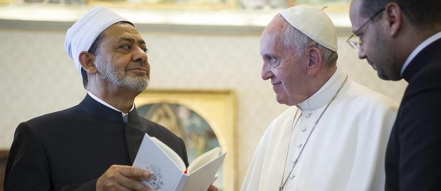 """Islam nie ma nic wspólnego z terroryzmem - powiedział watykańskim mediom wielki imam uniwersytetu Al-Azhar w Kairze Ahmed al-Tajeb. """"Ten kto zabija opacznie zrozumiał teksty islamu; umyślnie bądź z powodu niedbałości"""" - dodał."""
