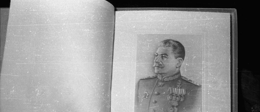 Rosyjski poeta i prozaik Siergiej Gandlewski został zatrzymany przez policję w Moskwie na stacji metra Łubianka, po tym jak zerwał ze ściany portret Stalina. Mężczyznę wypuszczono po paru godzinach bez żadnych wyjaśnień - poinformował portal Newsru.com.