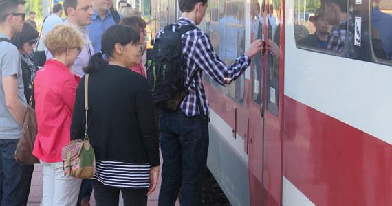 Mieszkańcy Wieliczki narzekają na zatłoczone pociągi dowożące ich do Krakowa. Według informacji, które dostajemy od naszych słuchaczy i czytelników, podróż do stolicy Małopolski o poranku nie należy do przyjemnych. Pasażerowie twierdzą, że Koleje Małopolskie często podstawiają zbyt krótkie składy, przez co podróżni tłoczą się na korytarzach i jadą w ścisku do samego Krakowa.