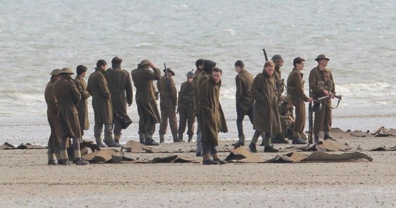 """Wytwórnia Warner Bros. Pictures ogłosiła, że właśnie rozpoczęły się zdjęcia do epickiego thrillera """"Dunkirk"""" Christophera Nolana. Twórca """"Interstellar"""" i """"Incepcji"""" przenosi na ekran własny scenariusz, wykorzystując do realizacji projektu połączenie technologii IMAX i taśmy 65 mm."""