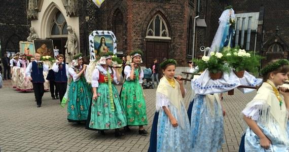 Barwna procesja przeszła ulicami świętochłowickich Lipin. Mieszkańcy każdego roku w Boże Ciało ubierają się w tradycyjne śląskie stroje. Procesja przyciąga fotografów, fotoreporterów a nawet wycieczki spoza Śląska.