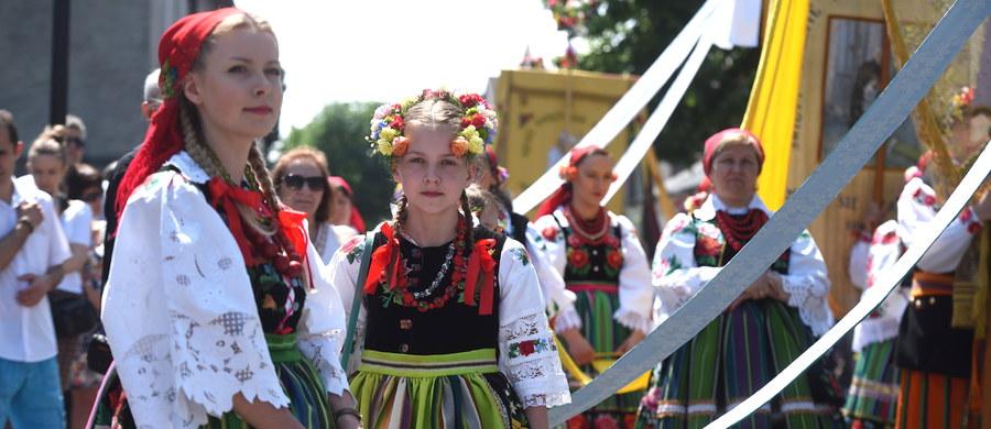 Ponad sto osób w strojach ludowych wzięło udział w procesji Bożego Ciała, która przeszła ulicami Łowicza. W 2014 r. łowicka procesja - ze względu na szczególną oprawę - wpisana została na krajową listę niematerialnego dziedzictwa kulturalnego.
