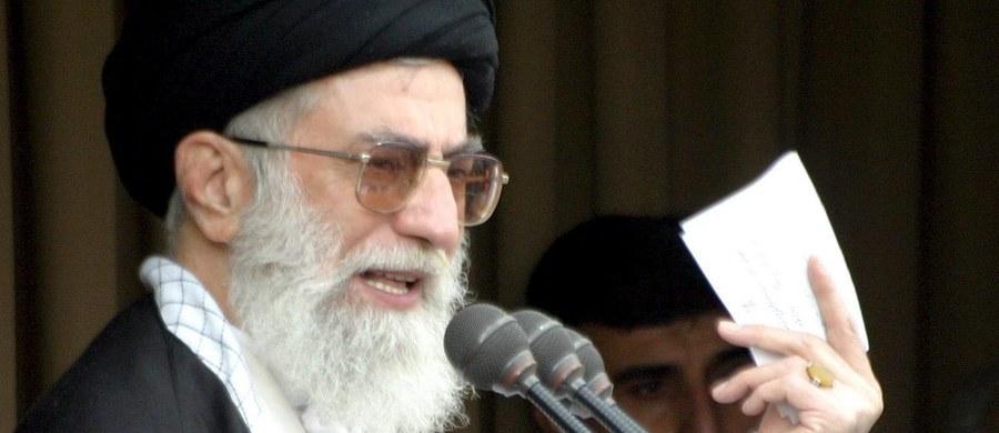 """Najwyższy Przywódca Iranu Ajatollah Ali Chamenei ostrzegł, że Zachód prowadzi """"miękką wojnę"""" z islamską republiką. W wywiadzie telewizyjnym Chamenei zaznaczył, że celem tej wojny jest osłabienie pozycji szyickich duchownych."""