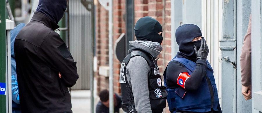 """Zatrzymani w Belgii czterej domniemani ekstremiści zbierali pieniądze na broń i amunicję i planowali ataki w drugim co do wielkości mieście Belgii, Antwerpii, w tym na dworcu kolejowym - poinformowało źródło zbliżone do śledztwa. Belgijski nadawca państwowy RTBF twierdzi, że głównym celem osób zatrzymanych w środę było """"uderzenie w tłum"""", a dworzec kolejowy w Antwerpii był potencjalnym celem."""