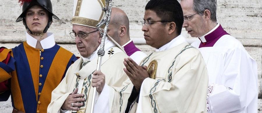 Podczas uroczystości Bożego Ciała w Rzymie papież Franciszek mówił o poświęceniu wszystkich tych, którzy łamią się chlebem z ubogimi i dyskryminowanymi, pomagając im w ten sposób. W homilii w czasie wieczornej mszy na Lateranie papież nawiązał do gestu łamania się chlebem i powiedział, że od wierzących oczekuje się poświęcenia i dzielenia z innymi.