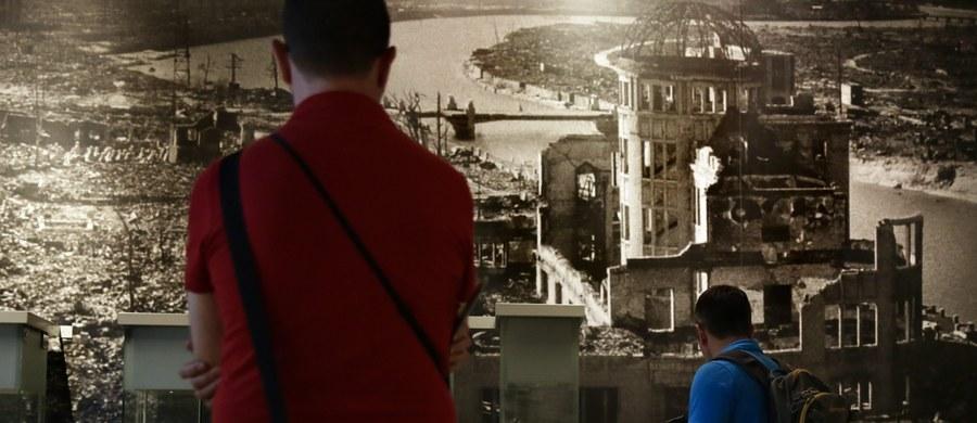 Wizytujący jako pierwszy prezydent USA Hiroszimę prezydent Barack Obama zaapelował o zmniejszenie światowego arsenału broni nuklearnej. 6 sierpnia 1945 roku na to japońskie miasto została zrzucona pierwsza amerykańska bomba atomowa.