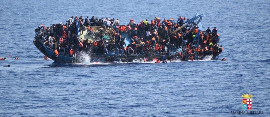 """Niektóre gangi zajmujące się nielegalnym przerzutem imigrantów na granicy w Meksyku działają obecnie w Europie - twierdzi szefowa Europejskiego Ośrodka Strategii Politycznej Ann Mettler, cytowana przez włoski dziennik """"La Stampa"""". Według niej Państwo Islamskie mogło przystąpić do działalności związanej z przemytem uchodźców."""