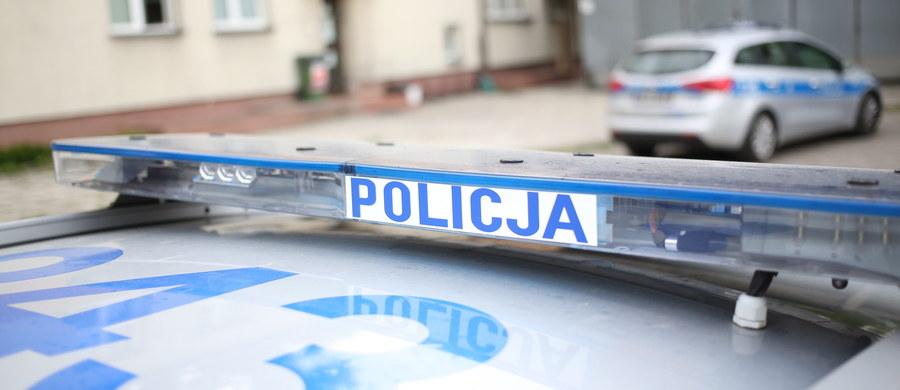 Policjantka i napastnik zostali ranni podczas policyjnej interwencji w mieszkaniu przy ulicy Wiejskiej w Elblągu w woj. warmińsko-mazurskim. 18-latek miał wcześniej na ulicy grozić nożem przechodniom. Informację o zdarzeniu dostaliśmy na Gorącą Linię RMF FM.