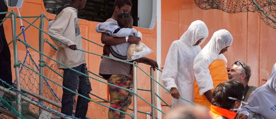 """Na Morzu Śródziemnym, niedaleko wybrzeży Libii, zatonął statek z migrantami. Włoska straż przybrzeżna apeluje do będących w okolicy jednostek o udzielenie pomocy """"350 osobom znajdującym się w wodzie"""". Trwają poszukiwania kilkudziesięciu zaginionych."""