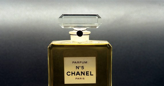 """Na początku lipca do polskich księgarń trafi """"Sekretne życie Chanel No. 5"""", której autorką jest Tilar J. Mazzeo. Książka anonsowana jest jako... pierwsza biografia najsłynniejszych perfum świata."""