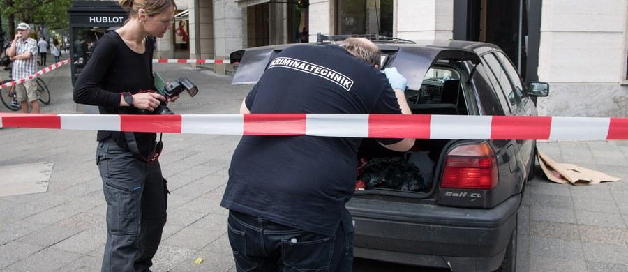 To był profesjonalnie przygotowany napad. Rabusie posłużyli się dwoma skradzionymi wcześniej samochodami i z bronią w ręku wdarli się do luksusowego sklepu z zegarkami w centrum Berlina. Ich łupem padły precjoza warte pół miliona euro.