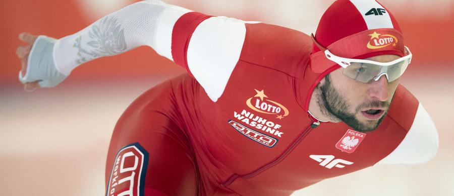 """Konrad Niedźwiedzki, jeden z czołowych polskich panczenistów, miał poważny wypadek podczas treningu rowerowego w Holandii. W czasie jazdy zderzył się czołowo z kombajnem. """"Mój stan jest stabilny, ale doznałem kilku dosyć poważnych obrażeń. Mam przebite płuco, złamanych siedem żeber i - co najgorsze - złamany bark, który będzie wymagał operacji"""" - poinformował zawodnik na swoim profilu na Facebooku."""