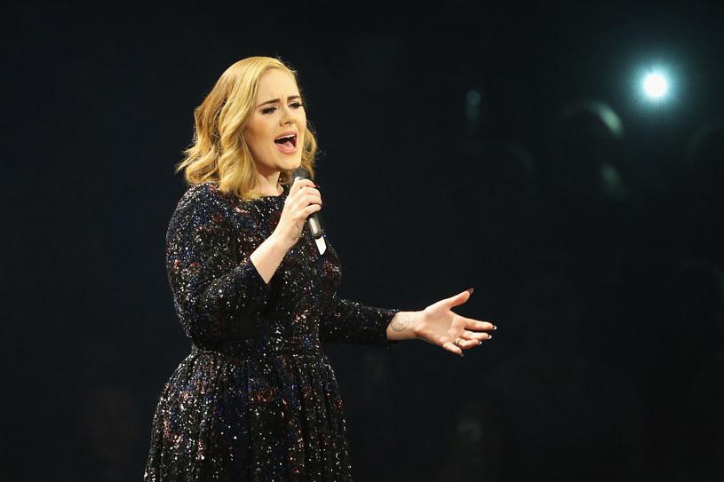 """Podczas koncertu w ramach trasy promującej album """"25"""" Adele zauważyła w tłumie kobietę, która nagrywa jej występ. Poirytowana wokalistka postanowiła skomentować zachowanie fanki."""