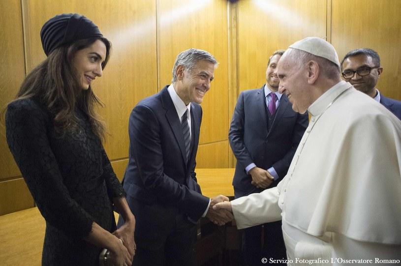 Aktorzy Salma Hayek, George Clooney i Richard Gere otrzymali w niedzielę, 29 maja, w Watykanie w obecności papieża Franciszka medale Drzewka Pokoju. Wręczono im je w czasie spotkania fundacji Scholas Occurrentes, działającej z inicjatywy papieża na polu edukacji.