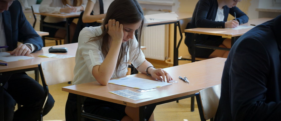 Około 2 tys. maturzystów będzie ponownie w czerwcu pisać egzamin z informatyki - poinformował dyrektor Centralnej Komisji Egzaminacyjnej Marcin Smolik. Taką możliwość CKE zaproponowała abiturientom po tym, gdy okazało się, że w jednym z zadań brakowało danych.
