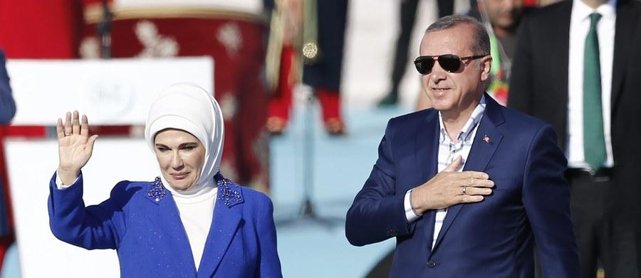 """Prezydent Turcji Tayyip Recep Erdogan oznajmił, że """"żadna rodzina muzułmańska"""" nie może stosować antykoncepcji ani """"planowania rodziny"""". """"Turcy powinni mieć liczniejsze potomstwo"""" - podkreślił."""