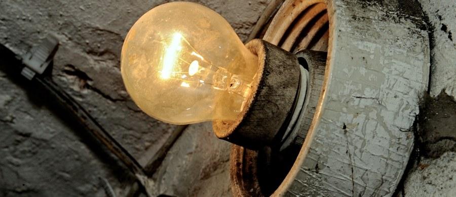"""""""W najbliższych latach musimy się liczyć z wyższymi opłatami za energię"""" - pisze we wtorkowym wydaniu """"Rzeczpospolita"""". """"To """"składka"""" na odbudowę mocy energetyki, z której wypadnie gros wyeksploatowanych bloków. Alternatywą jest blackout lub 20. stopień zasilania, jak w sierpniu 2015 r."""" - wyjaśnia dziennik."""