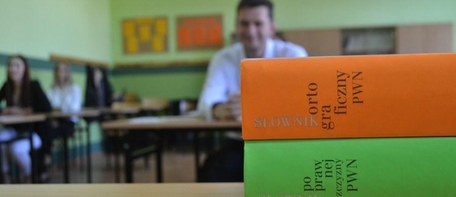 Egzaminem pisemnym z języka polskiego na poziomie podstawowym rozpocznie się dziś rano dodatkowa sesja egzaminów pisemnych dla maturzystów, którzy nie mogli przystąpić do nich w maju. Rozpocznie się też dodatkowa sesja egzaminów gimnazjalnych. Z kolei w czwartek przeprowadzony będzie dodatkowy sprawdzian dla szóstoklasistów.