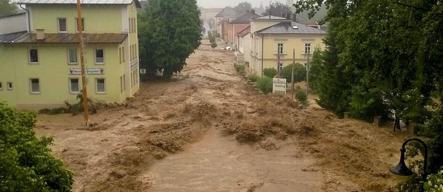 Trzy osoby zginęły w wyniku powodzi na południu Niemiec. Po ulewach z brzegów występują rzeki na pograniczu z Austrią. Na pomoc odciętym od świata ludziom wysłano helikoptery. Władze Bawarii ogłosiły stan klęski powodziowej.