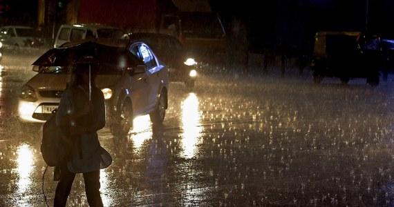 Po 4 dniach niemal nieprzerwanych ulewnych deszczy, w Paryżu ogłoszono alarm powodziowy. Sekwana miejscami wystąpiła z brzegów i zalała niektóre wiodące wzdłuż niej bulwary i ulice.