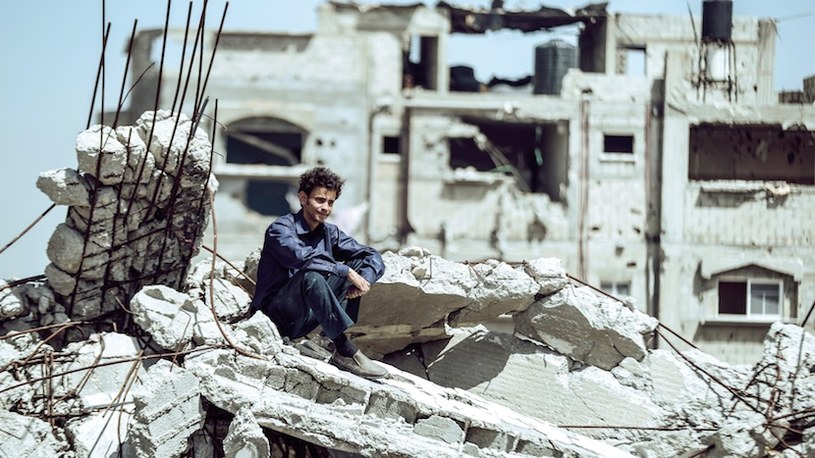 """Ta historia jest wyjątkowa. Jest prawdziwa i sprawiła, że czas w Strefie Gazy na moment się zatrzymał. Palestyńczyk Mohammed Assaf wygrał program """"Arab Idol"""" i stał się bohaterem narodowym. Film """"Idol z ulicy"""" trafi na ekrany polskich kin 3 czerwca."""