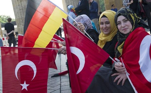 """Imperium osmańskie masakry dokonało podczas pierwszej wojny światowej. Mimo protestów władz tureckich, uchwałę Bundestagu """"Pamięć o ludobójstwie Ormian i innych chrześcijańskich mniejszości 101 lat temu"""" poparły w głosowaniu wszystkie kluby parlamentarne. Za głosowali niemal wszyscy posłowie tych grup. Na tę decyzję ostro zareagowała Ankara - wezwała do kraju na konsultacje swego ambasadora w Niemczech."""