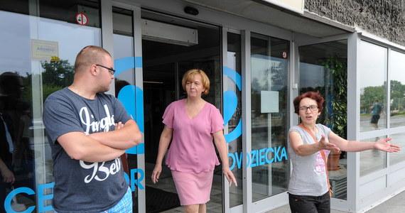 Kolejne fiasko rozmów w Centrum Zdrowia Dziecka w Warszawie, gdzie od ponad tygodnia trwa protest pielęgniarek. Czwartkowe spotkanie dyrekcji placówki ze wszystkimi strajkującymi znów nie zakończyło się porozumieniem. Nie jest wykluczone, że protest zostanie zaostrzony. Pielęgniarki rozważają całkowite odejście od łóżek pacjentów albo złożenie wypowiedzeń.