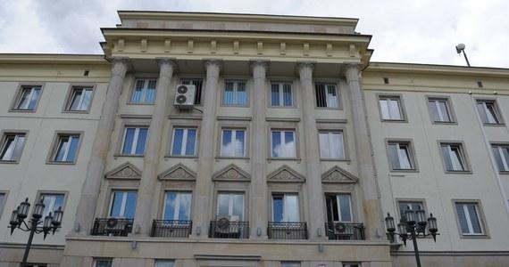 Dwa i pół miliona złotych więcej niż planowano, będzie kosztowała zmiana siedziby przez Centralne Biuro Śledcze Policji - dowiedział się reporter RMF FM. Funkcjonariusze mają się przenieść z Komendy Głównej Policji do nowych budynków przy ulicy Podchorążych w Warszawie.