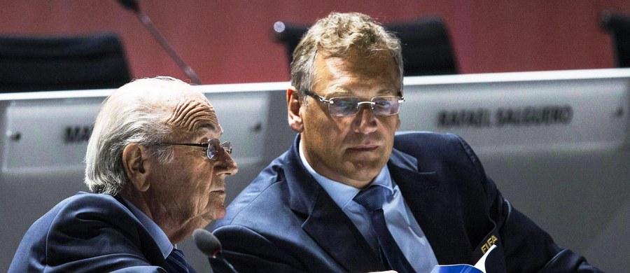 Były prezydent Międzynarodowej Federacji Piłkarskiej Sepp Blatter, sekretarz generalny Jerome Valcke i dyrektor finansowy Markus Kattner są podejrzani o nielegalne otrzymanie w ostatnich pięciu latach z FIFA około 80 mln dolarów. Całej trójka miała sobie przyznawać m.in. coroczne podwyżki pensji i bardzo wysokie premie uznaniowe.