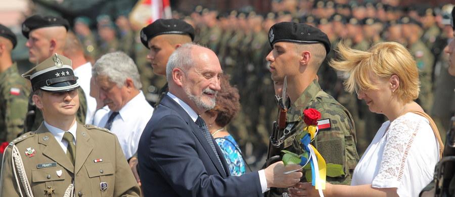 """Minister obrony narodowej Antoni Macierewicz określił uczestników służby przygotowawczej jako """"nową polską armię, która, gdy będzie trzeba, obroni Rzeczpospolitą"""". W Braniewie przysięgę złożyło w piątek 95 elewów z całego kraju."""