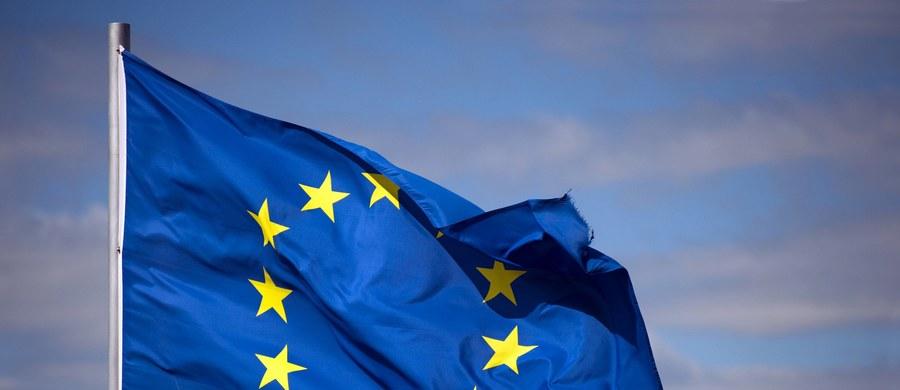 Uzgodniony przez większość frakcji w Parlamencie Europejskim projekt rezolucji o Polsce wyraża zaniepokojenie przeciągającym się kryzysem wokół TK, zawiera też apel do Komisji Europejskiej o zbadanie innych ustaw, które - zdaniem europosłów - mogą naruszać konstytucję i zasady UE.