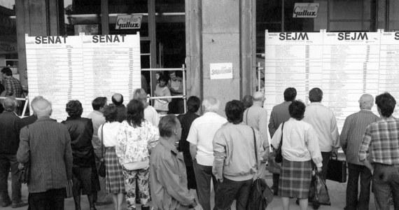 """Przesłanie solidarności do narodów UE skierowali w rocznicę wyborów 4 czerwca 1989 r. b. prezydenci i b.szefowie MSZ oraz opozycjoniści. """"Z niepokojem obserwujemy dziś jak Europa traci wiarę w swoje marzenia i siły (...) Uwierzmy, że i dzisiaj, tak jak wtedy – wszystko zależy od nas"""" - apelują. W przesłaniu pada wezwanie wszystkich Europejczyków do solidarności."""