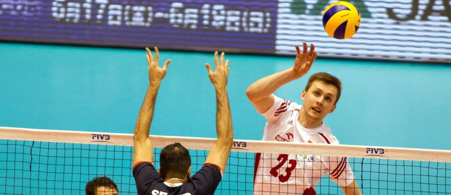 Polscy siatkarze przegrali w Tokio z Iranem 1:3 (20:25, 18:25, 25:20, 32:34) w 6. kolejce olimpijskiego turnieju kwalifikacyjnego. Dla biało-czerwonych, którzy w czwartek zapewnili sobie awans do igrzysk olimpijskim w Rio de Janeiro, jest to pierwsza porażka w zawodach.