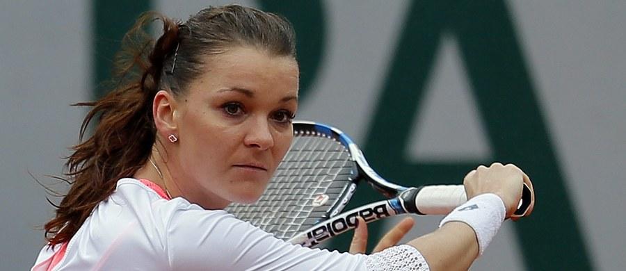 Agnieszka Radwańska spadła z drugiego na trzecie miejsce światowego rankingu tenisistek. Wyprzedziła ją zwyciężczyni wielkoszlemowego French Open, Hiszpanka Garbine Muguruza. Liderką zestawienia pozostała Amerykanka Serena Williams. Wśród panów natomiast na pozycji lidera umocnił się Serb Novak Djokovic, który w weekend podobnie jak Muguruza triumfował na kortach im. Rolanda Garrosa.