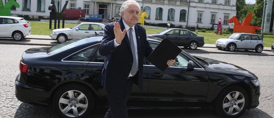"""Według źródeł """"Rzeczpospolitej"""" szefostwo partii rządzącej ustaliło nowy plan wygaszania politycznej wojny o Trybunał Konstytucyjny - czytamy we wtorkowym wydaniu dziennika. """"Zakłada on szybkie prace nad ustawą, która ureguluje część kwestii związanych z funkcjonowaniem TK, i rozpoczęcie prac nad następnymi, już całościowymi regulacjami"""" - wyjaśnia """"Rzeczpospolita""""."""